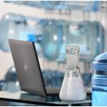 De botella de agua a funda de laptop: tecnología de LANXESS en reciclado.